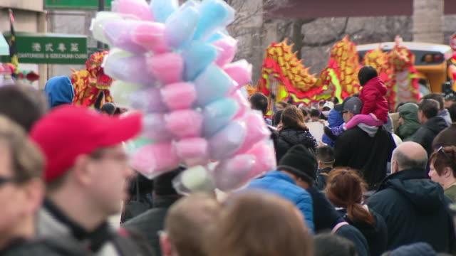 vídeos y material grabado en eventos de stock de chicago, il, u.s. - crowds at lunar new year parade in chinatown facing coronavirus epidemic, on sunday, february 2, 2020. - dragon chino