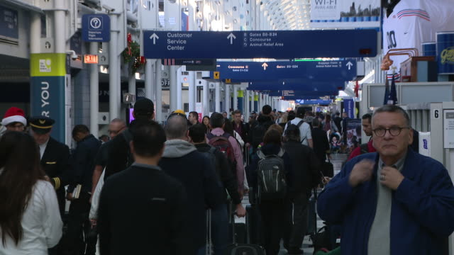chicago, il, u.s., - crowds of travelers at o'hare airport, on sunday, dec 22, 2019. - crowded airport stock videos & royalty-free footage