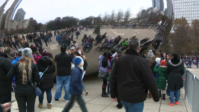 wgn chicago il us crowds surrounding chicago bean statue in millennium park in chicago on friday november 29 2019 - silver coloured stock videos & royalty-free footage