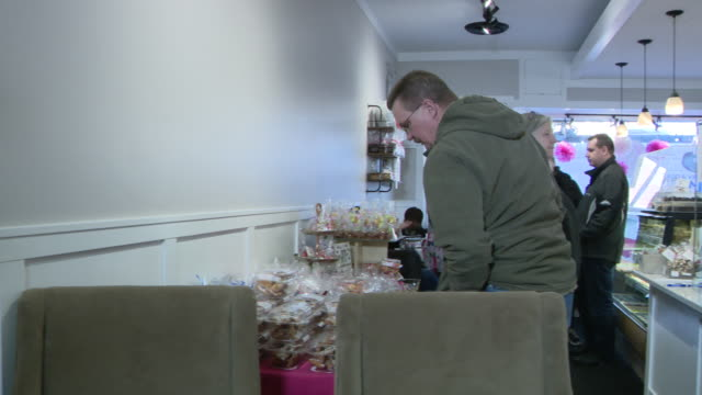 vidéos et rushes de chicago, il, u.s. - customers at delightful pastries bakery buying doughnuts for shrove tuesday. it is the day before christians start giving up... - mardi gras fête religieuse