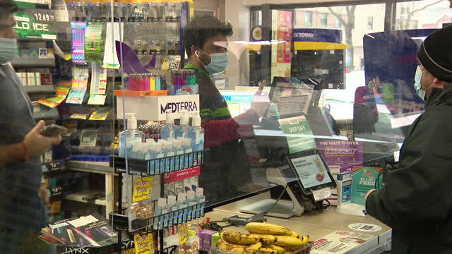stockvideo's en b-roll-footage met chicago, il, u.s. - customers buying lottery tickets at a 7-eleven on friday, january 1, 2021. - loterijlootje