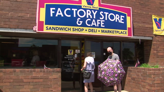 stockvideo's en b-roll-footage met wgn – chicago il us customers entering vienna beef factory store in chicago's bucktown on the last day before it permanently closed on friday july 3... - winkelbord