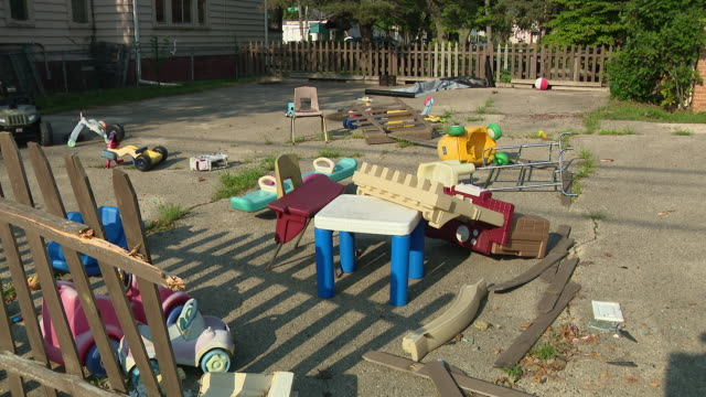 stockvideo's en b-roll-footage met wgn chicago il us damaged fence and toys on back yard after riots in kenosha on wednesday august 26 2020 - tuinhek