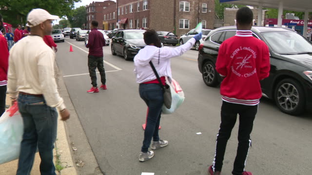 chicago, il, u.s. - distribution of protective equipment and boxes with food. fresh produce from the greater chicago food depository and more than... - altruismo video stock e b–roll