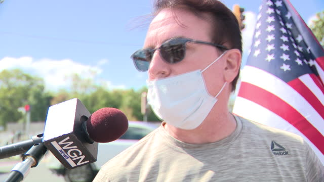 chicago, il, u.s. - donald trump supporter speaks against lockdowns while waiting for president's release from hospital on monday, october 5, 2020. - ベセスダ点の映像素材/bロール