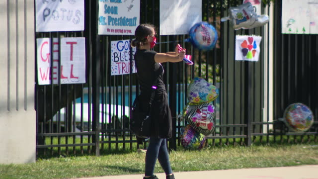 chicago, il, u.s. - donald trump supporters gathering next to walter reed national military medical center fence on monday, october 5, 2020. - ベセスダ点の映像素材/bロール