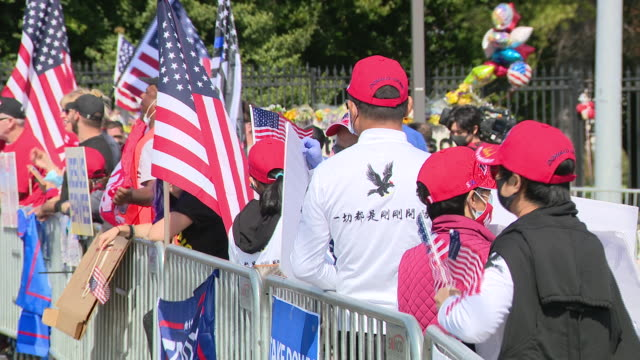 chicago, il, u.s. - donald trump supporters waiting for presidential convoy to leave hospital on monday, october 5, 2020. - ベセスダ点の映像素材/bロール