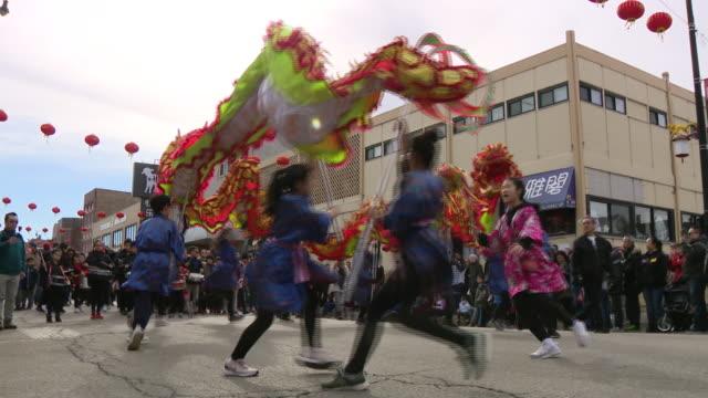 vídeos y material grabado en eventos de stock de chicago, il, u.s. - dragon dancers at lunar new year parade in chinatown facing coronavirus epidemic, on sunday, february 2, 2020. - dragon chino