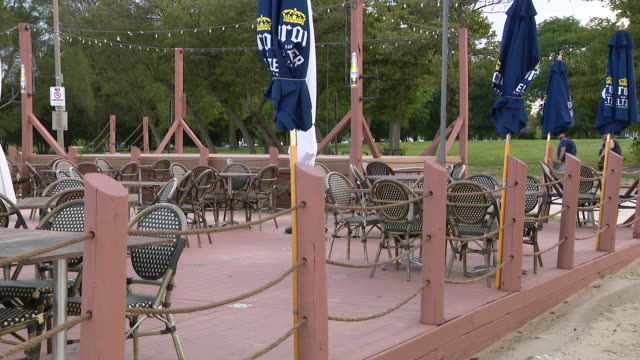 vidéos et rushes de wgn chicago il us empty tables in restaurant empty outdoor dining area at the dock restaurant at montrose beach on wednesday august 5 2020 - écriture européenne