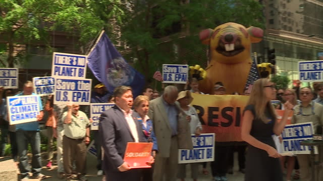 stockvideo's en b-roll-footage met wgn chicago il us epa workers protest trump administration directives at federal plaza in chicago's loop on monday july 8 2019 - mileubeschermingorganisatie