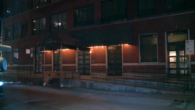 stockvideo's en b-roll-footage met wgn chicago il us exterior of aviary cocktail bar at night on on june 25 2019 - bar gebouw