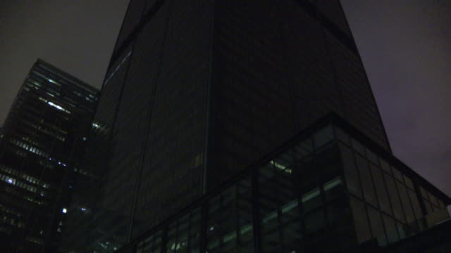 vidéos et rushes de chicago, il, u.s. - exterior of closed off, blacked out willis tower as it's basement was flooded on monday, may 18, 2020. - blacked