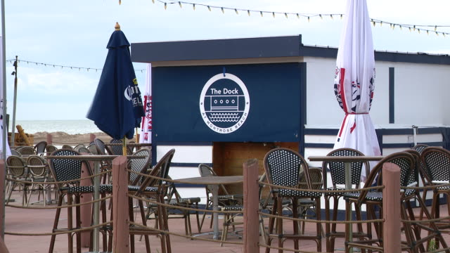 vídeos y material grabado en eventos de stock de wgn chicago il us exterior of the dock empty outdoor dining area at the dock restaurant at montrose beach on wednesday august 5 2020 - escritura occidental