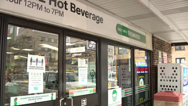 stockvideo's en b-roll-footage met chicago, il, u.s. - exteriors of 7-eleven with lotteries advertisements on friday, january 1, 2021. - loterijlootje