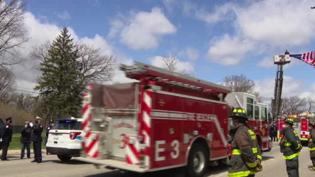 chicago, il, u.s. - fire engines moving during funeral procession of first chicago firefighter who died of complications from covid-19. mario araujo... - 消防車点の映像素材/bロール