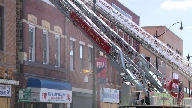 stockvideo's en b-roll-footage met wgn – chicago il us fire fighters battling fire in chinatown on tuesday july 14 2020 - winkelbord