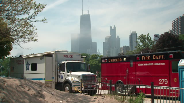 wgn chicago il us firefighter and police cars after crowds cluttered closed lakefront beaches chicago police had been out patrolling warning wouldbe... - seeufer stock-videos und b-roll-filmmaterial