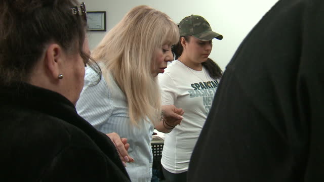 vidéos et rushes de wgn chicago il us friends and family praying together after disappearance of 19yearold marlen ochoauriostegui who was nine months pregnant family is... - autopsie