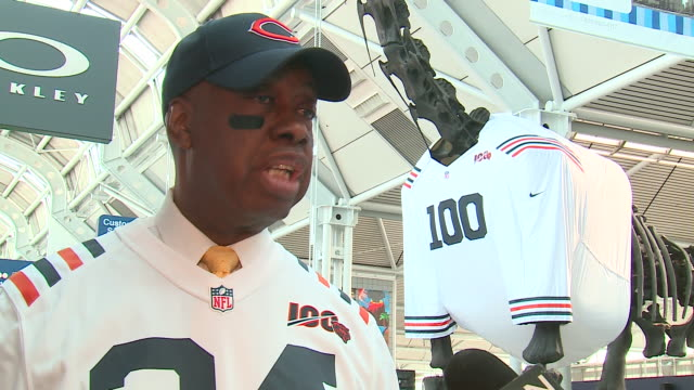 stockvideo's en b-roll-footage met wgn chicago il us harrison green from united airlines speaks about chicago bears 100th season celebration at its hometown base in terminal 1 at... - baseballpet