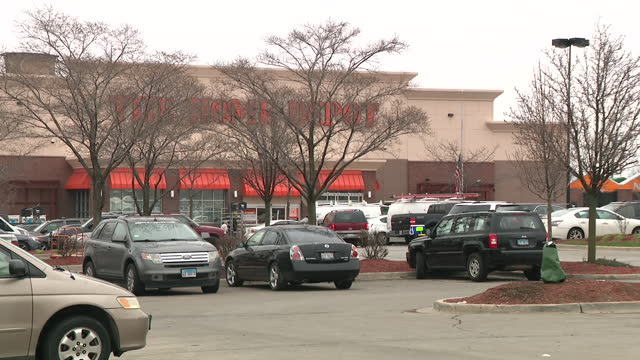 chicago, il, u.s. - home depot in brighton park, where shoplifter wounded guard and cpd officer and was later killed himself by cpd, on thursday,... - ladendieb stock-videos und b-roll-filmmaterial
