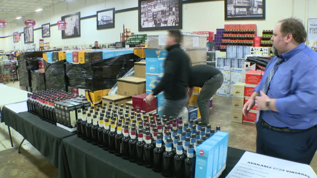 chicago, il, u.s. - hundreds wait for the annual black friday release of goose island's limited edition bourbon county stout at binny's in lincoln... - loslassen aktivitäten und sport stock-videos und b-roll-filmmaterial