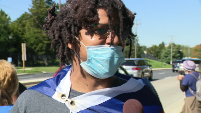 chicago, il, u.s. - interview with trump supporter in face mask in front of medical center, where he is being hospitalized. donald trump supporters... - ベセスダ点の映像素材/bロール