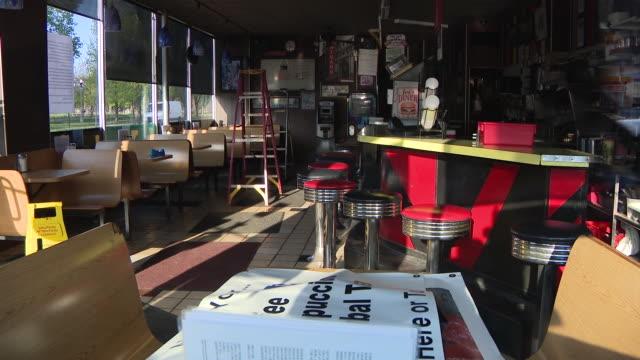 vídeos de stock, filmes e b-roll de chicago, il, u.s. - jeri's diner shots through window, empty bar stools tables notices on window, 'closing' announcement sign in window, on saturday,... - copo descartável