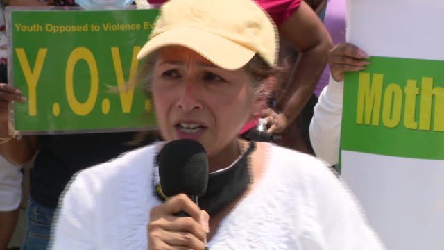 chicago, il, u.s. - latin woman speaking about discrimination against african americans on friday, june 5, 2020. - latin american and hispanic ethnicity stock-videos und b-roll-filmmaterial