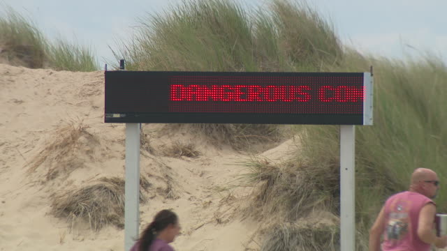 wgn chicago il us lifeguard hut and sign at beach on thursday july 16 2020 - seeufer stock-videos und b-roll-filmmaterial