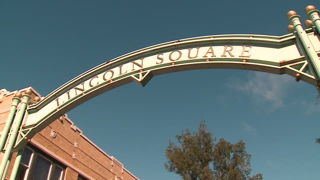 wgn chicago il us lincoln square gate and street names signs in chicago's ravenswood neighborhood on sunday october 4 2020 - street name sign stock videos & royalty-free footage