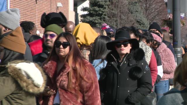 vídeos y material grabado en eventos de stock de wgn chicago il us long line outside kanye west's 'sunday service' on sunday feb 16 2020 - domingo