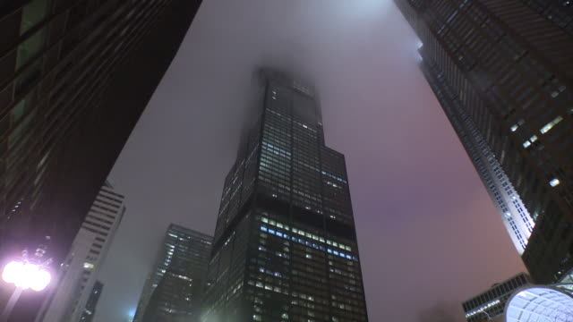 chicago, il, u.s., - low anglew vew of willis tower on foggy night on saturday, mar 28, 2020. - skyscraper stock videos & royalty-free footage