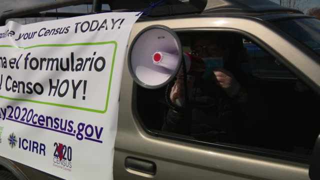 chicago, il, u.s. - man in car urging people through megaphone to take part in census. little village on wednesday, april 1, 2020. - 国勢調査点の映像素材/bロール