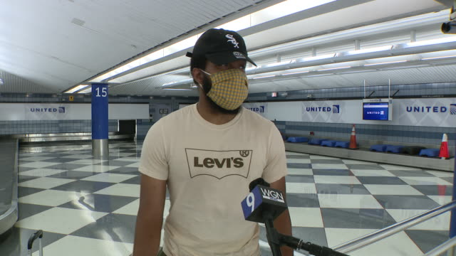 wgn chicago il us man in face mask speaks about 14days selfquarantine at o'hare airport on monday july 6 2020 anyone arriving in chicago after... - 搭乗者点の映像素材/bロール