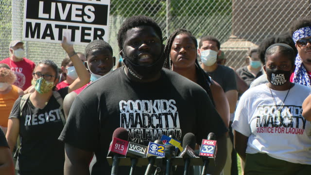 chicago, il, u.s. - man speaks during protest demanding columbus statue to be removed from grant park on monday, july 20, 2020. protestors demanding... - グラントパーク点の映像素材/bロール
