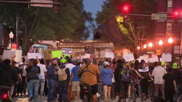 chicago, il, u.s. - march to demand justice for breonna taylor in chicago on friday, september 18, 2020. - street name sign stock-videos und b-roll-filmmaterial