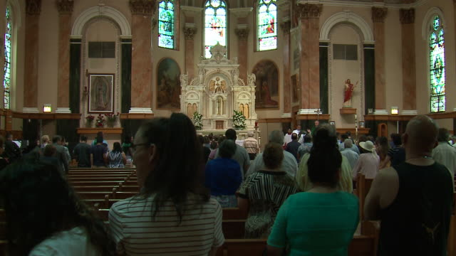 chicago, il, u.s. - mass at st. agnes of bohemia church during ice raid protests in pilsen nieghborhood on sunday, july 14, 2019. - ミサ点の映像素材/bロール