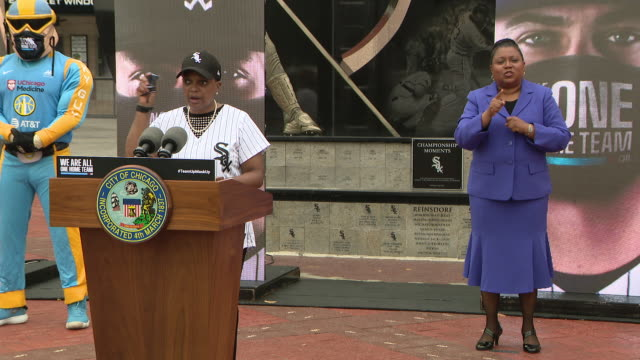 wgn chicago il us mayor lori lightfoot in white sox jersey and cap speaking at press conference mayor lori lightfoot joined chicago's sports teams to... - signing stock videos & royalty-free footage