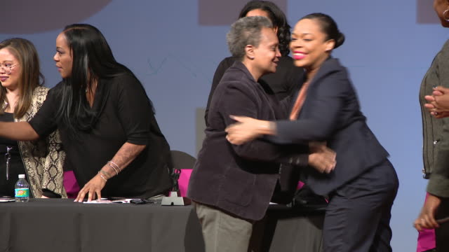 """vídeos de stock, filmes e b-roll de chicago, il, u.s. - mayor lori lightfoot with women on stage at she chicago's 2nd annual """"you go girl! empowering character above all"""" conference at... - chicago 'l'"""