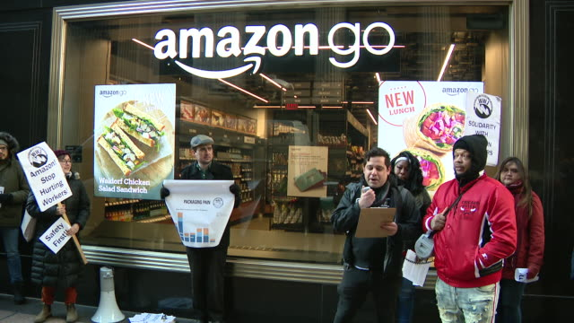 stockvideo's en b-roll-footage met chicago, il, u.s. - members of warehouse workers for justice speaking during protest of amazon warehouse workers, on tuesday, december 10, 2019. - vakbond
