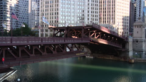 chicago, il, u.s. - michigan avenue dusable bridge across the chicago river being lowered on sunday, august 16, 2020. - 跳開橋点の映像素材/bロール