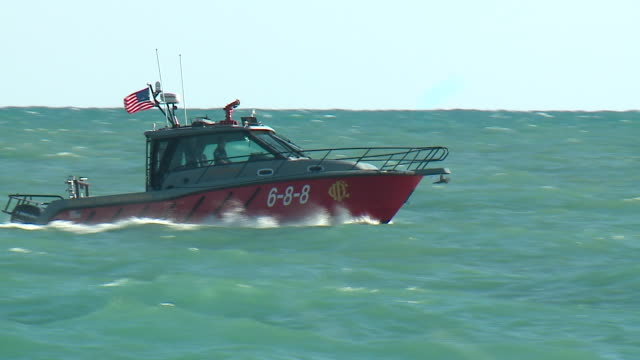 wgn chicago il us motorboat on chopping waters on lake michigan on saturday august 24 2019 - lago michigan video stock e b–roll