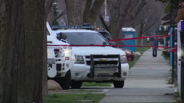 chicago, il, u.s. - officers on site of fatal shootout between shoplifter and cpd on thursday, march 25, 2021. shoplifter was killed after wounding... - 万引き点の映像素材/bロール