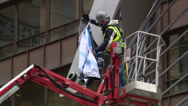 wgn chicago il us on thursday april 30 2020 starting tomorrow everyone in illinois is required to wear face mask in public today some of chicago's... - cherry picker stock videos & royalty-free footage
