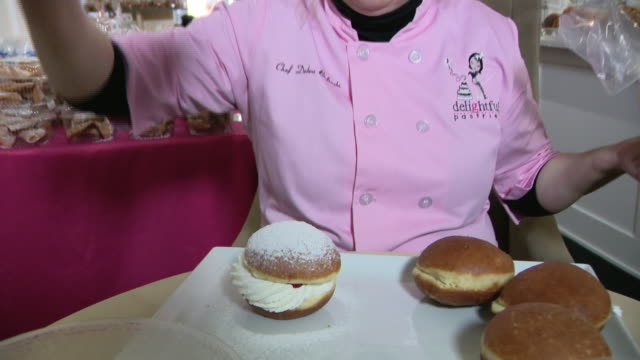 vidéos et rushes de chicago, il, u.s. - owner of delightful pastries bakery preparing doughnuts for shrove tuesday. it is the day before christians start giving up... - mardi gras fête religieuse