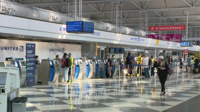wgn chicago il us passengers and staff at united airlines terminal at o'hare airport on monday july 6 2020 anyone arriving in chicago after spending... - 搭乗者点の映像素材/bロール