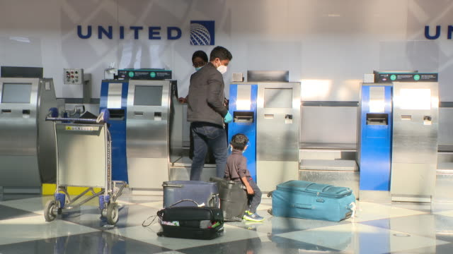 wgn chicago il us passengers at united airlines checkin machines at o'hare airport on monday july 6 2020 anyone arriving in chicago after spending 24... - 搭乗者点の映像素材/bロール