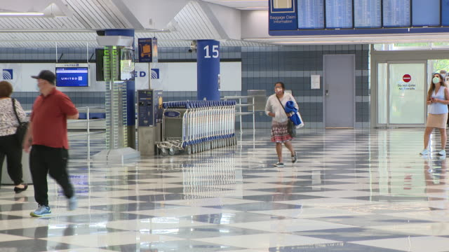 wgn chicago il us passengers in masks at o'hare airport on monday july 6 2020 anyone arriving in chicago after spending 24 hours or more in one of 15... - flugpassagier stock-videos und b-roll-filmmaterial
