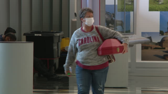wgn chicago il us passengers wearing protective masks at o'hare airport on monday july 6 2020 anyone arriving in chicago after spending 24 hours or... - 搭乗者点の映像素材/bロール