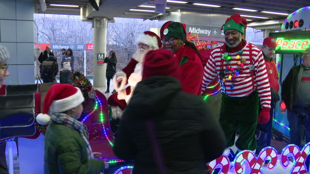 wgn chicago il us people attending opening ceremony of chicago transit authority's holiday train on friday november 292019 - bahnreisender stock-videos und b-roll-filmmaterial